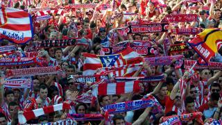 La afición rojiblanca tiñó las calles de Madrid.
