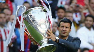 Luis Figo, embajador de la final de la UEFA Champions League, portó la copa en la previa