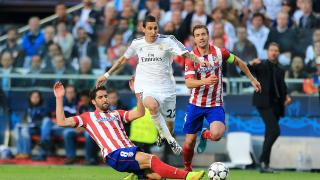Ángel Di María lucha con Raúl García por el balón