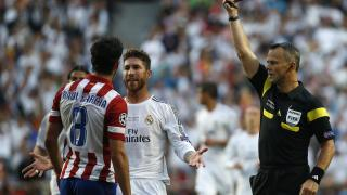 El árbitro muestra la tarjeta amarilla a Sergio Ramos