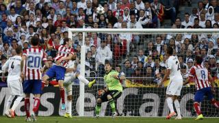 Godín remata ante la portería de Iker Casillas