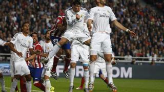 Gareth Bale y Karim Benzema despejando el balón