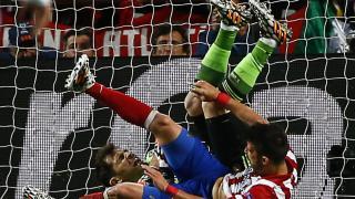 Iker Casillas y David Villa disputan un balón
