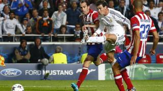 Gareth Bale ante Diego Godín y Miranda