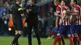 Diego Simeone habla con el árbitro del encuentro