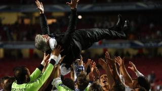 Carlo Ancelotti fue manteado por sus jugadores en el césped del Estadio Da Luz