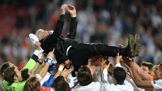 Ancelotti fue manteado por sus jugadores tras levantar el título europeo