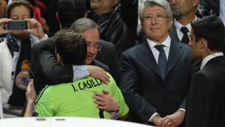 Florentino Pérez abraza a Casillas antes de levantar el título