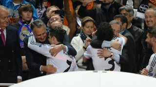 Florentino abraza a Cristiano Ronaldo antes de levantar la Copa
