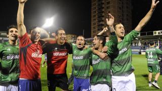 La plantilla del Eibar festeja el ascenso a la Liga BBVA sobre el césped de Ipurua