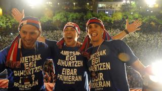Jugadores del Eibar, durante el trayecto por la ciudad