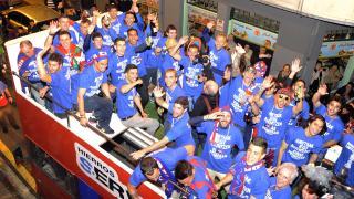 Los jugadores lucieron unas camisetas con el mensaje 'Todos juntos lo conseguimos' y 'los sueños se hacen realidad, el Eibar en Primera (2013-2014)'