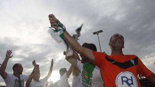 El centrocampista Abel Gómez celebra el ascenso junto a sus compañeros