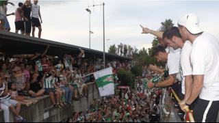 Jugadores del Córdoba saludan a parte de los aficionados presentes