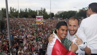 Uli Dávila se abraza con Juanlu en el autobus del equipo