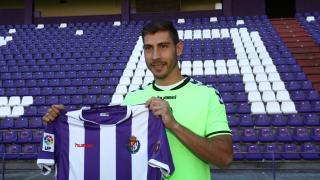 Samuel Llorca posa con la camiseta del Valladolid