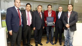 Entrega de placa conmemorativa al presidente del Independiente Santa Fe, César Pastrana, de manos de Javier Tebas.