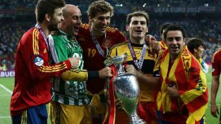 Xavi y compañía celebran el título durante la UEFA EURO 2012