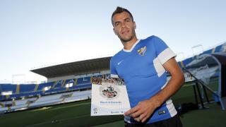 Duda, centrocampista del Málaga, muestra su Manual de Bienvenida en La Rosaleda