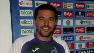 El entrenador del Getafe, Cosmin Contra, posa con el Manual de Bienvenida de la LFP