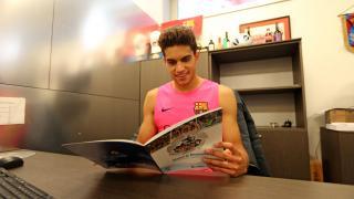 Marc Bartra, defensa del Barcelona, leyendo su Manual de Bienvenida de la LFP