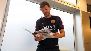 Luis Enrique, técnico del Barcelona, lee su Manual de Bienvenida