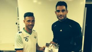 Rubén Castro y Antonio Adán, futbolistas del Real Betis, ya tienen su Manual de Bienvenida
