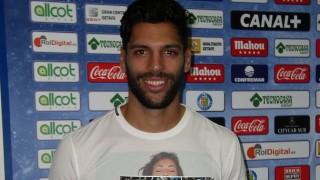 Ángel Lafita, centrocampista del Getafe, posa con el Manual de Bienvenida de la LFP