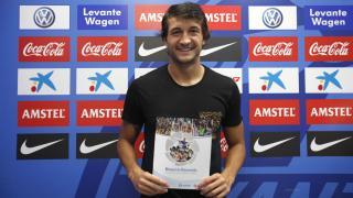 Héctor Rodas, jugador del Levante, recibió el Manual de Bienvenida de la LFP