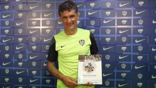 José Luis Mendilibar, entrenador del Levante, posa con el Manual de Bienvenida de la LFP