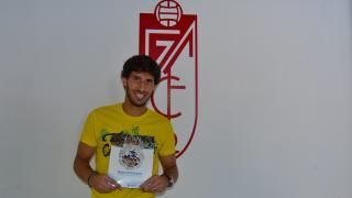 El jugador del Granada Diego Mainz muestra el Manual de Bienvenida de la LFP