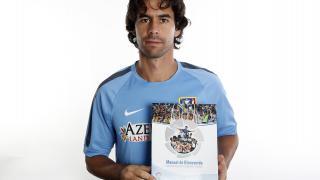 Tiago, centrocampista del Atlético, posa con el Manual de Bienvenida de la LFP
