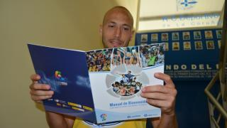 Laure, defensa del Deportivo, lee el Manual de Bienvenida de la LFP