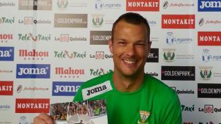 El jugador del Leganés Queco Piña posa con el 'Manual de Bienvenida de la LFP'