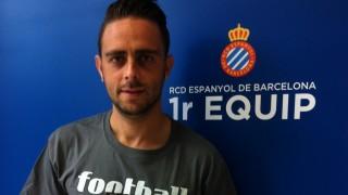 Sergio García, delantero y capitán del Espanyol, recibió el 'Manual de Bienvenida de la LFP'