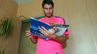 Sergi Juste, capitán el FC Barcelona B, con el 'Manual de Bienvenida' de la LFP