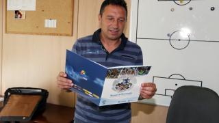Eusebio, entrenador del FC Barcelona B, con el 'Manual de Bienvenida'
