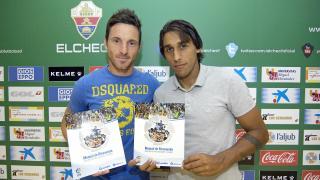 Edu Albácar y Damián Suárez posan con el 'Manual de Bienvenida de la LFP'
