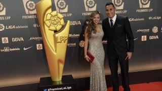 Keylor Navas y su esposa, en la alfombra roja