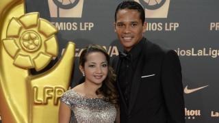 Carlos Bacca y su acompañante, en la Alfombra roja en 'Gala de los Premios LFP 2014'