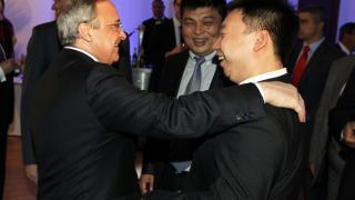 Florentino Pérez, presidente del Real Madrid, con la delegación de empresarios chinos en la 'Gala de los Premios LFP 2014'
