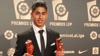 Ayoze Pérez posa con sus dos galardones en la alfombra roja del pasado año