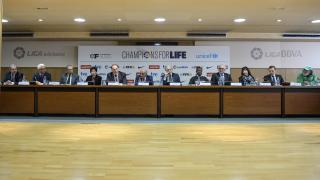 Los participantes del acto en un momento de la entrega fondos del II Champions for Life