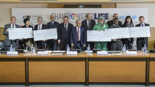 Los representantes de los proyectos en la recogida de los cheques solidarios