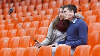 Una pareja de aficionados aprovechan para demostrar su amor en las gradas de un estadio de La Liga