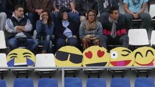 'Emoticonos' en las gradas del estadio; uno llora por la derrota del Valladolid y los otros disfrutan del triunfo del Tenerife
