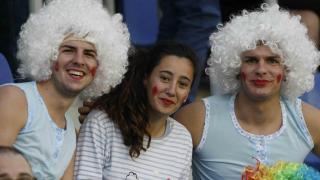 Tres 'jóvenes chicas' en las gradas del Heliodoro Rodríguez López