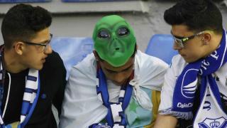 Una careta de un aficionado del Tenerife para asustar al equipo rival, el Valladolid