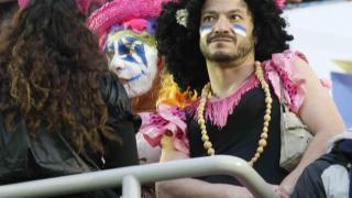 Los aficionados del Tenerife se pintan la cara antes de la batalla entre su equipo y el Valladolid