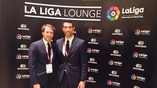 El ex jugador del Valencia CF, Gaizka Mendieta, participó en en el Foro para hablar de fútbol y negocios